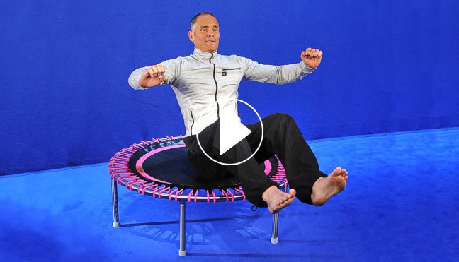 Screenshot aus d 6 Minuten Power Workout op de bellicon® trampoline met Remy Draaijerem Trainigsvideo, Video Play-Symbol